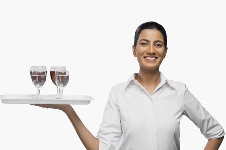 hotesse de l air: Hôtesse de l'air portant un plateau de verres à vin LANG_EVOIMAGES