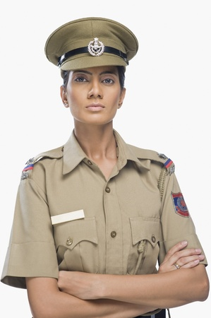 Portrait von eine weibliche Polizistin mit Arm crossed