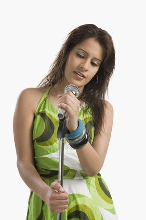 여자는 마이크에 노래 스톡 콘텐츠