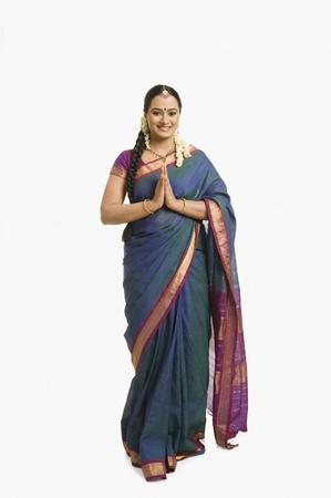 namaste: Mujer haciendo un gesto de saludo y la sonrisa