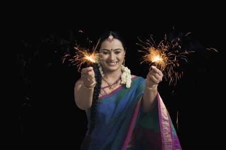Vrouw vieren Diwali festival met wonderkaarsen