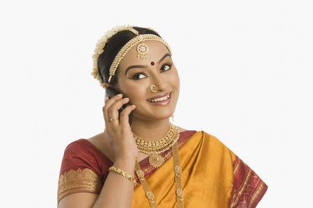 patti: South Indian woman talking on a mobile phone LANG_EVOIMAGES