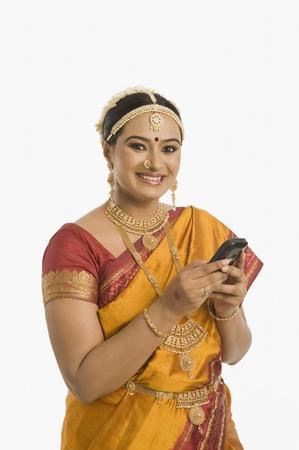 Zuid-Indiase vrouw met behulp van een mobiele telefoon