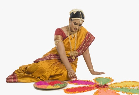 남쪽 인도 여자 만들기 rangoli 스톡 콘텐츠
