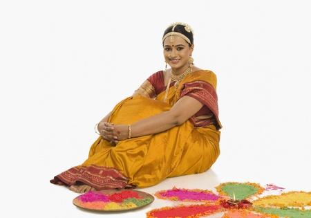 남쪽 인도 여자 rangoli 만들기 스톡 콘텐츠