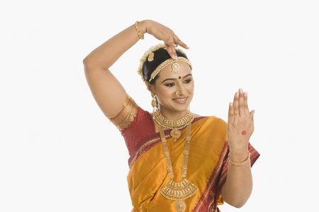 手ジェスチャーを作る南インドの女性