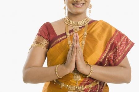 namaste: Mujer sur India saludo con las manos dobladas