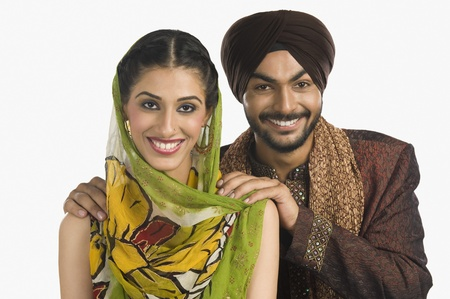 sikhism: Portrait of a Sikh couple smiling LANG_EVOIMAGES