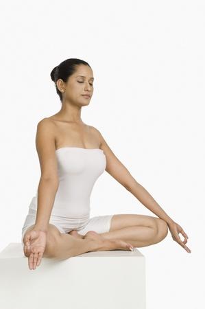 off shoulder: Woman practicing yoga LANG_EVOIMAGES