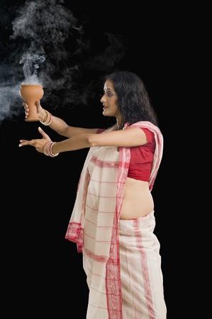 bengali: Bengali woman performing ritual dance LANG_EVOIMAGES