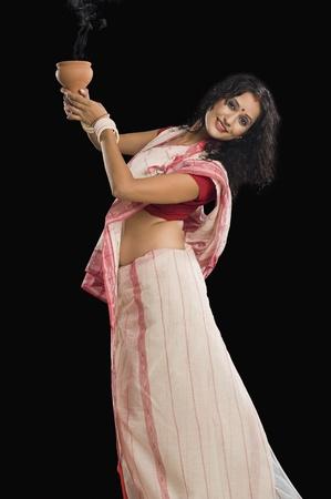 Bengali woman performing ritual dance Banque d'images