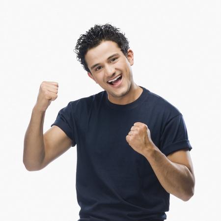 Portret van een man die vuist en glimlachen