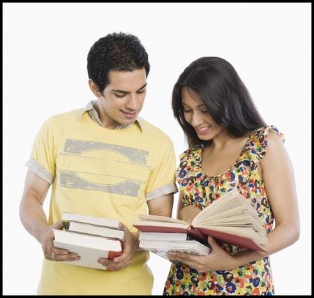 Estudiantes universitarios mirando un libro Foto de archivo - 10169485