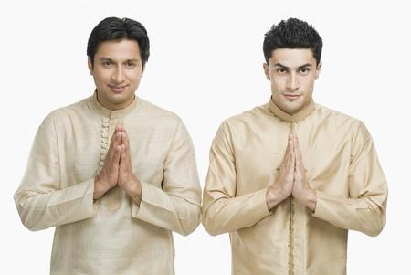 Twee mannen in gebed positie Stockfoto