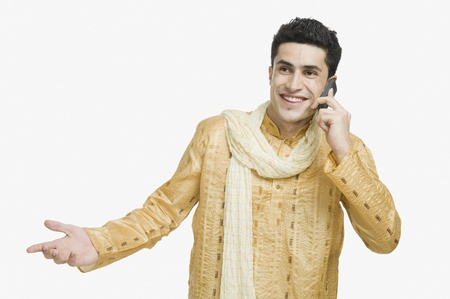 kurta: Man talking on a mobile phone and smiling LANG_EVOIMAGES