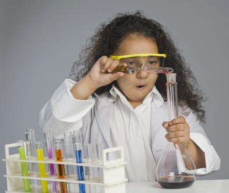 여자 과학자가 실험실에서 연구로 옷을 입고 스톡 콘텐츠