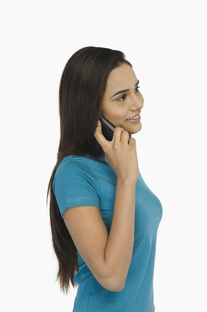 Vrouw die op een mobiele telefoon spreekt