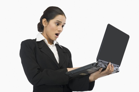profesar: Primer plano de una mujer de negocios con un ordenador port�til