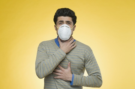 suffocation: Man wearing a pollution mask LANG_EVOIMAGES