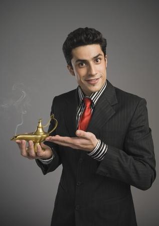 lampada magica: Ritratto di un uomo d'affari con una lampada magica LANG_EVOIMAGES