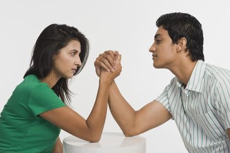 battle of the sexes: Couple arm wrestling LANG_EVOIMAGES