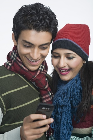 clipping  messaging: Couple looking at a mobile phone