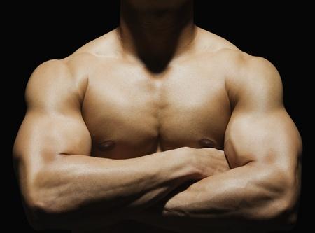 nackte brust: Close-up von einem muskul�sen Mann zeigt seine Muskeln