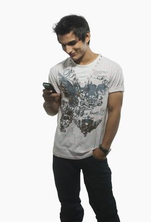 Close-up van een man tekstberichten op een mobiele telefoon