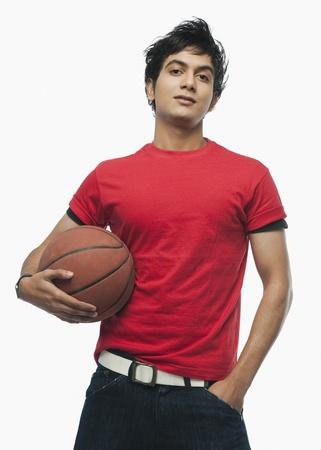 バスケット ボールを保持している男の肖像