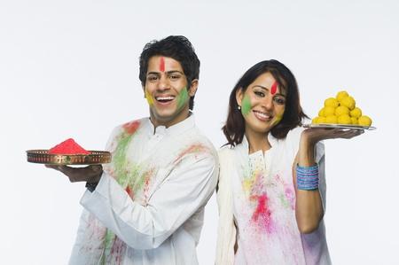 Holi를 축하하는 커플