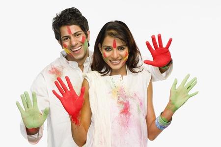 Holi에 그들의 색깔의 손을 보여주는 커플 스톡 콘텐츠