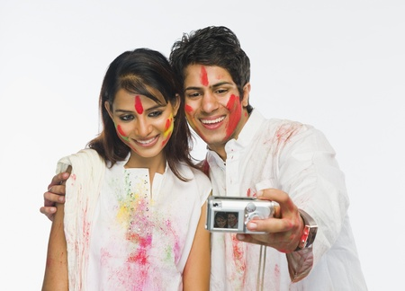 Couple taking a picture of themselves on Holi 版權商用圖片