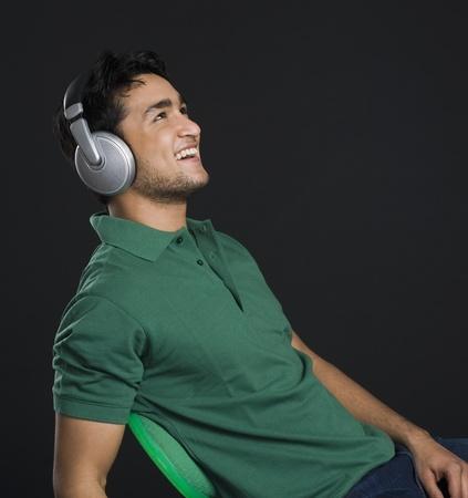 Man listening to headphones Reklamní fotografie - 10168068
