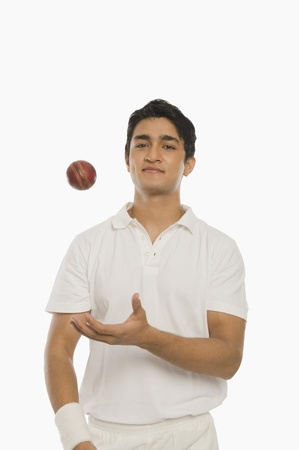 cut the competition: Bowler tossing a cricket ball LANG_EVOIMAGES