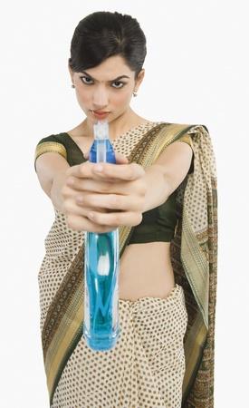 spr�hflasche: Woman holding eine Spr�hflasche