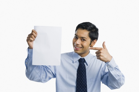 one sheet: Imprenditore mostrando un foglio di carta bianca LANG_EVOIMAGES