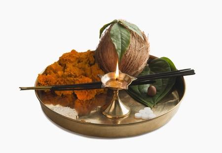 incienso: Primer plano de ofrendas religiosas en un thali