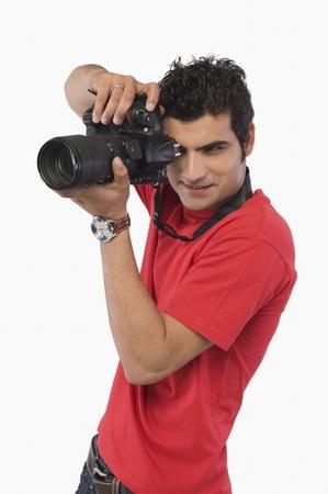 디지털 카메라로 사진을 찍는 남자 스톡 콘텐츠