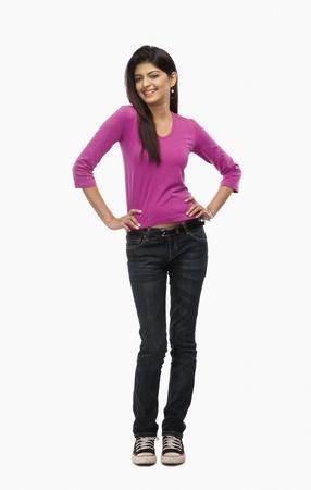 mani sui fianchi: Primo piano di una donna in piedi con le mani sui fianchi