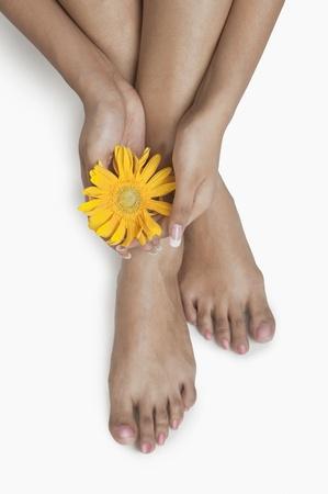 花を持つ女性の低断面図