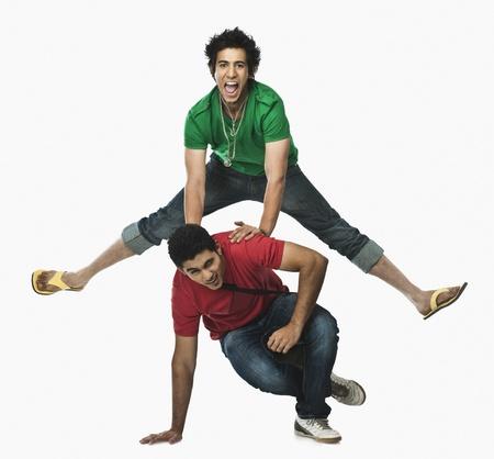 Due studenti universitari giocando cavallina Archivio Fotografico - 10168866
