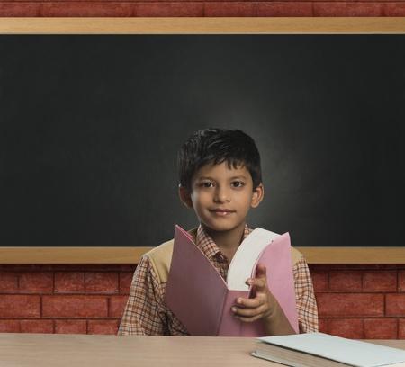 onderwijs: Boy imiteren van een leraar in een klas