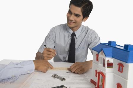 Makelaar bespreken van een document met een klant