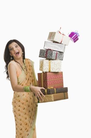 디 왈리 축제에 선물을 들고 깜짝 된 여자 스톡 콘텐츠