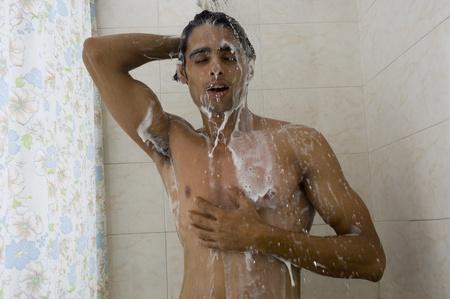 hombres sin camisa: Primer plano de un hombre tomando una ducha