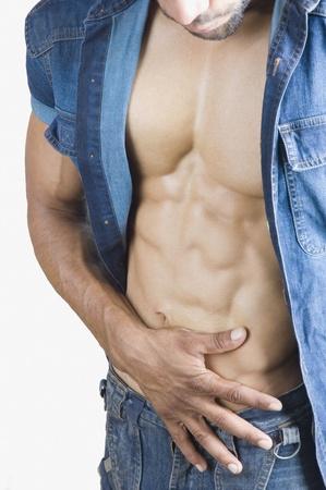 nackte brust: Close-up of a macho Man �berpr�fung seiner Bauchmuskeln Lizenzfreie Bilder