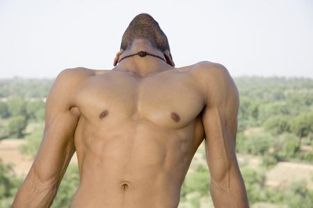 nackte brust: Close-up von einem Macho-Mann Stretching