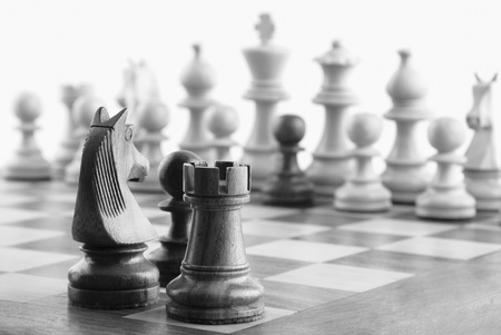 ajedrez: Primeros planos de piezas de ajedrez sobre un tablero de ajedrez