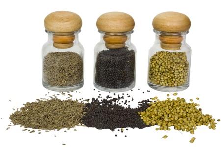 Close-up van kruiden containers met gemorste kruiden Stockfoto