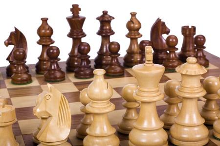 tablero de ajedrez: Piezas de ajedrez sobre un tablero de ajedrez Foto de archivo